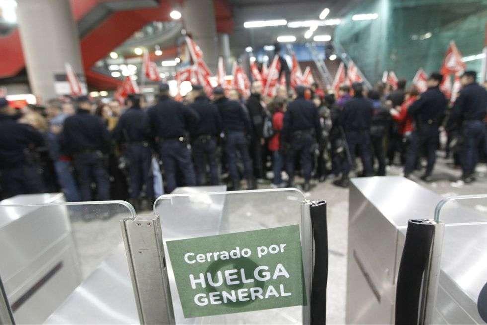 Piquetes y antidisturbios en la estación de Atocha, Madrid.